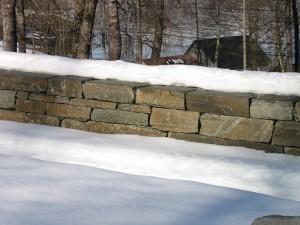 Same muren som ovanfor, frå ei anna side og i ei anna årstid.