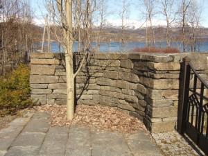 Dette boga inngangspartiet i dobbeltsidig mur er bygd av handstein A-kvalitet. Biletet er frå kyrkjegarden ved Vikøy kyrkje i Kvam.