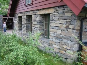 Her er det murt at handstein av A-kvalitet. Bygget er ei smie ved Hardanger Fartøyvernsenter i Norheimsund.